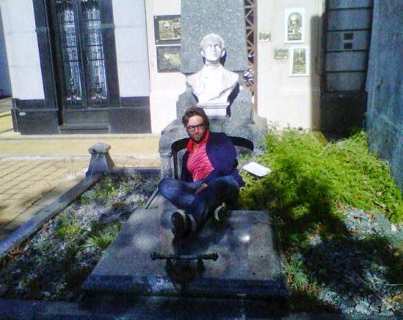 Julián Axat en la tumba de Matías Behety